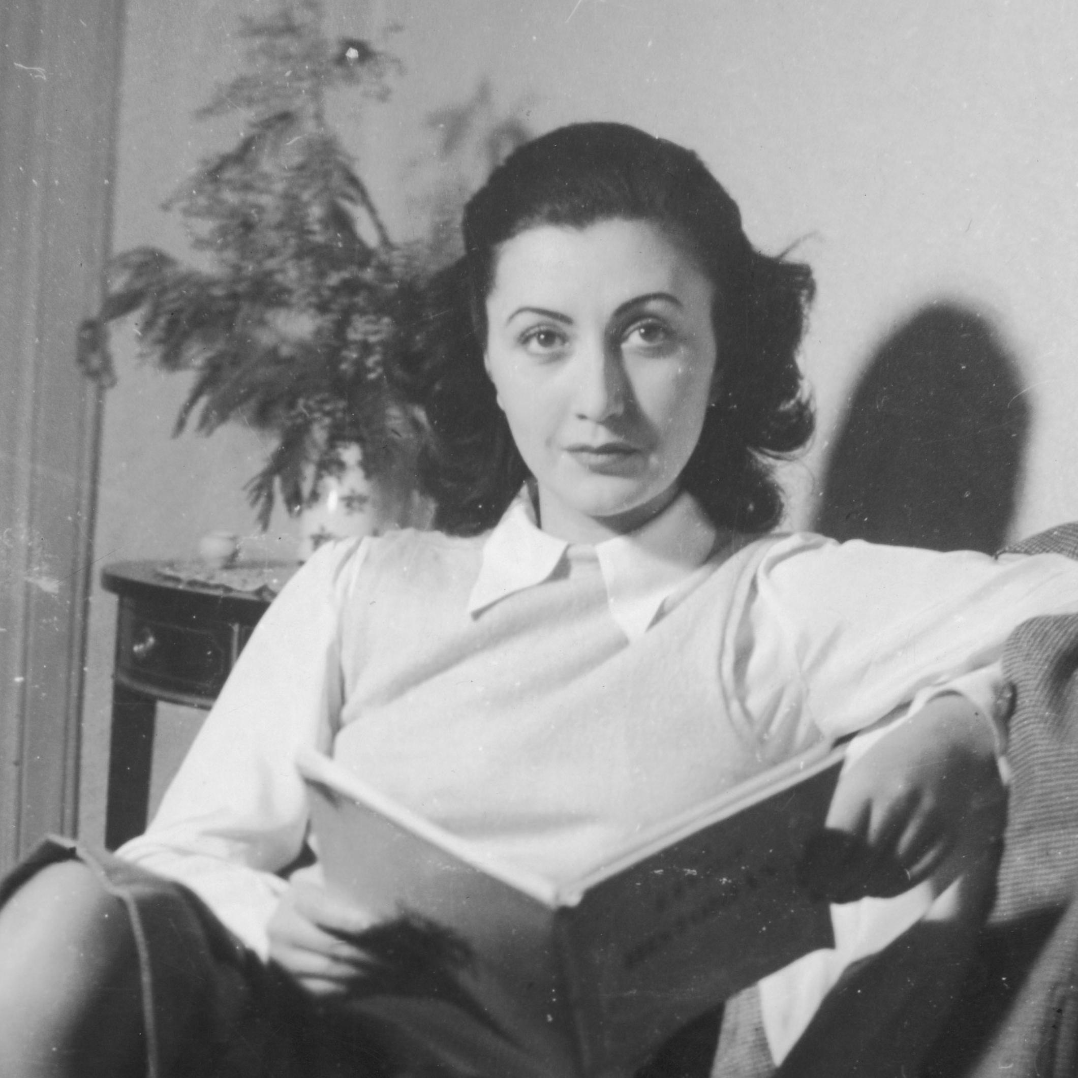 Anna von Menen reading